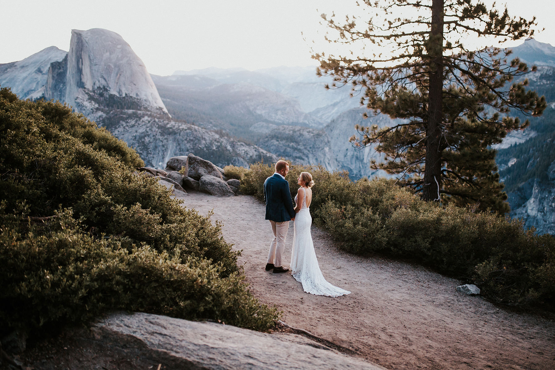 A wedding couple is standing at the Yosemite National Park.