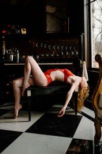 Christmas boudoir photo ideas for posing.
