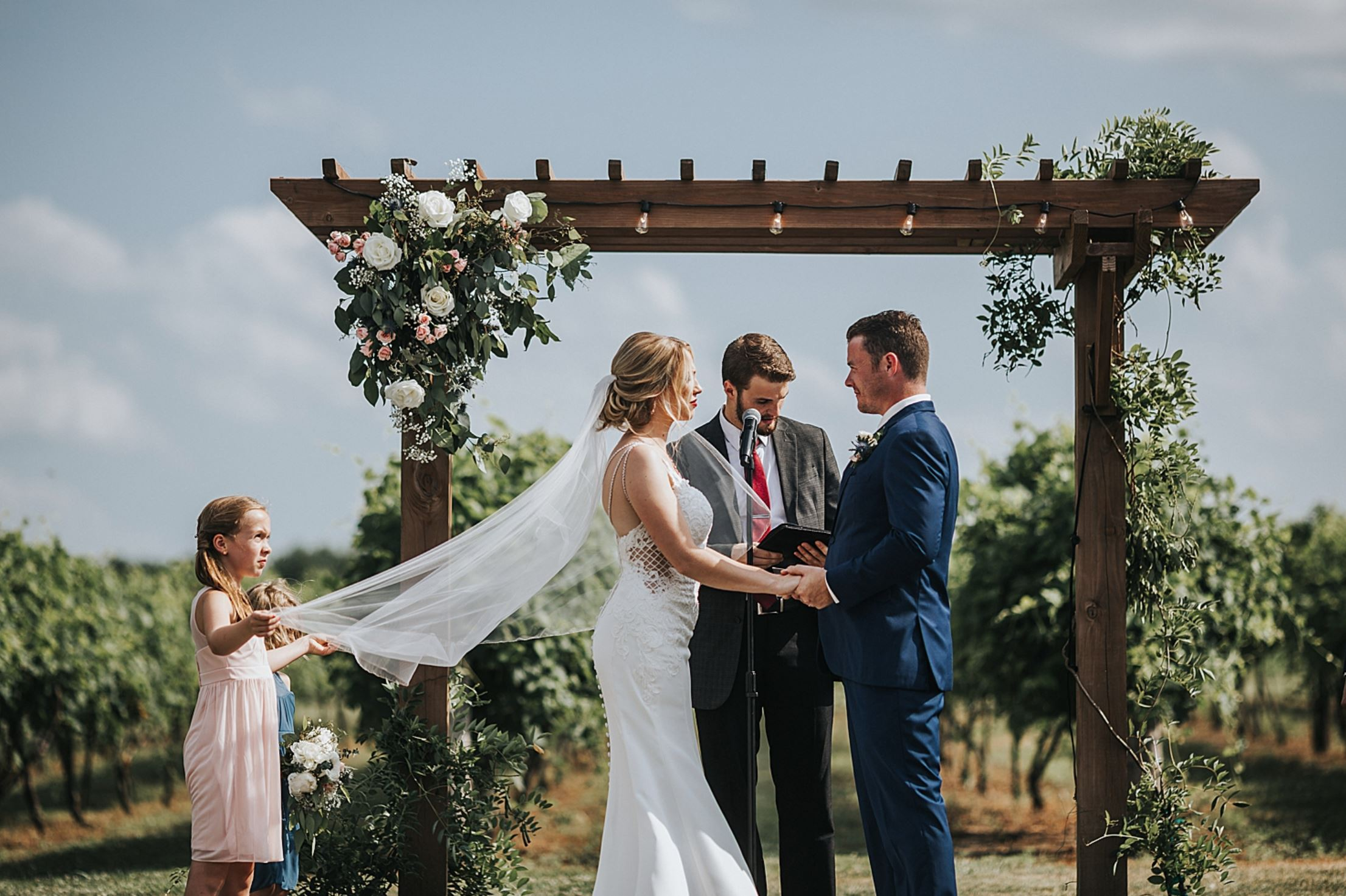 A wedding couple is getting married at Harpor´s Vineyard.